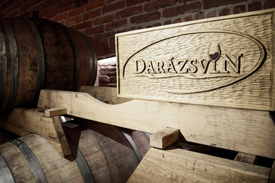Darázsvin pivnica drevené logo